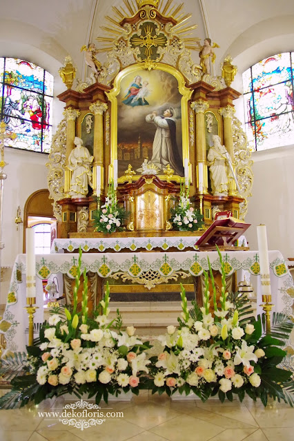 Bukiety na ołtarze kościoła dekoracja ślubna pudrowy róż