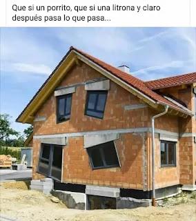 Casa en construcción con ventanas y puertas dobladas o torcidas