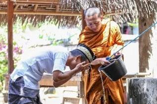 Di Balik Foto Viral Biksu yang Membantu Seorang Pria Berwudu