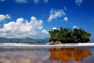 Pantai Pelang, Panorama Pantai yang Indah hingga Air Terjun di Trenggalek