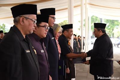 Menerima salinan keputusan dan ucapan selamat dari Gubernur Jawa Barat. Foto : Pikiran Rakyat.