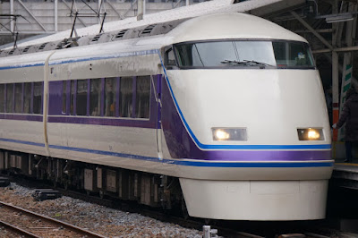 春日部駅に入線する東武100系