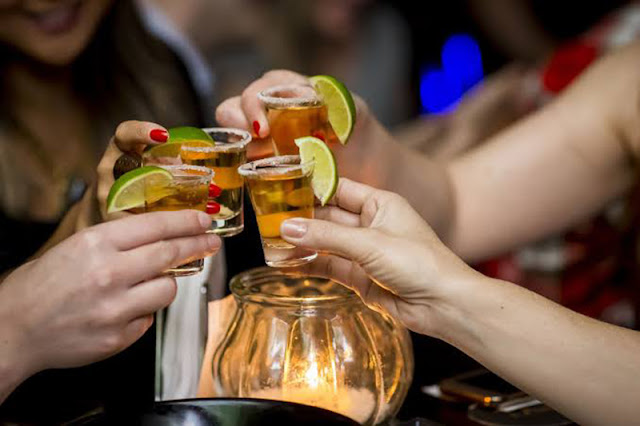 Brinde de tequila na excursão por bares e festas em Hamburgo