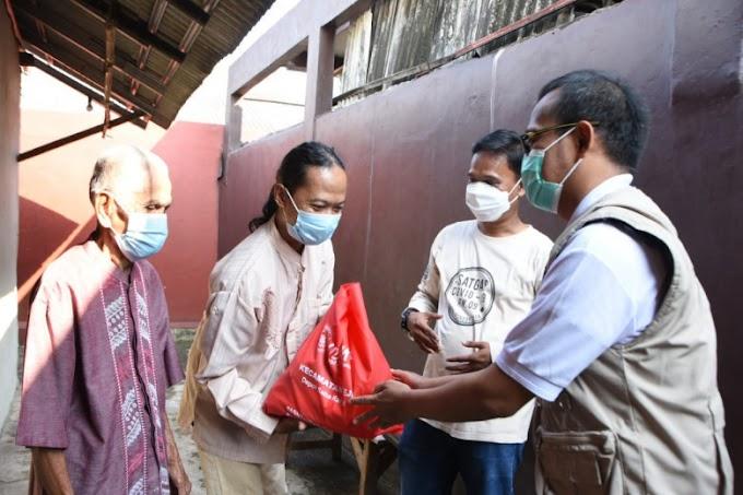 Wakil Walikota Door to Door Bagikan 100 Paket Sembako di Pondok Cina