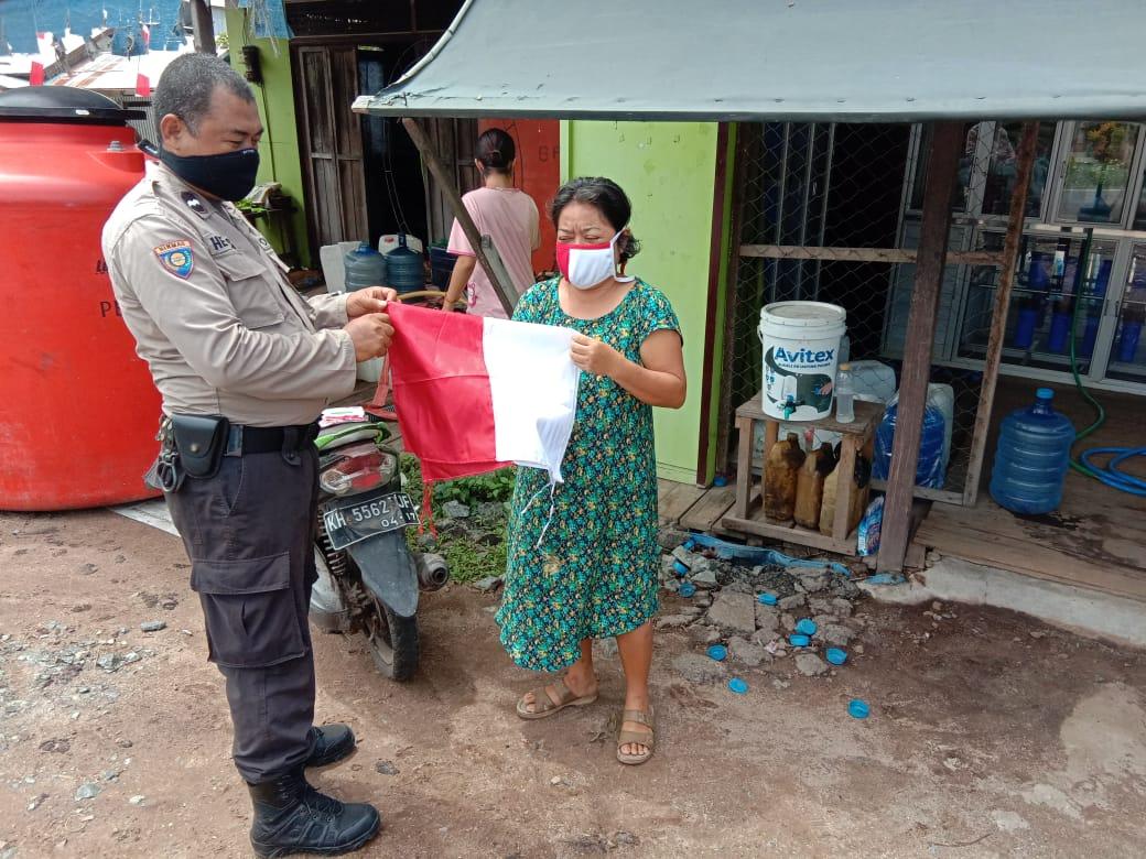 Peringati HUT Kemerdekaan RI, Polsek Jabiren Raya Bagikan Bendera Merah Putih