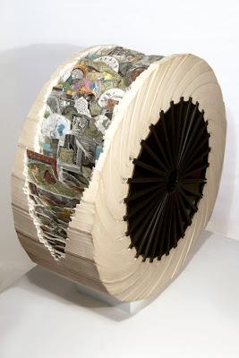 Escultura hecha con libro.