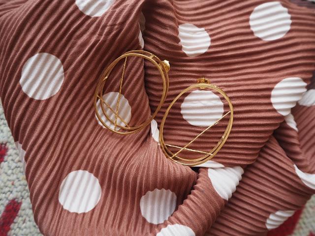 photo-novedades-otoño-2018-pañuelo-plisado-lunares-pendientes-diferentes