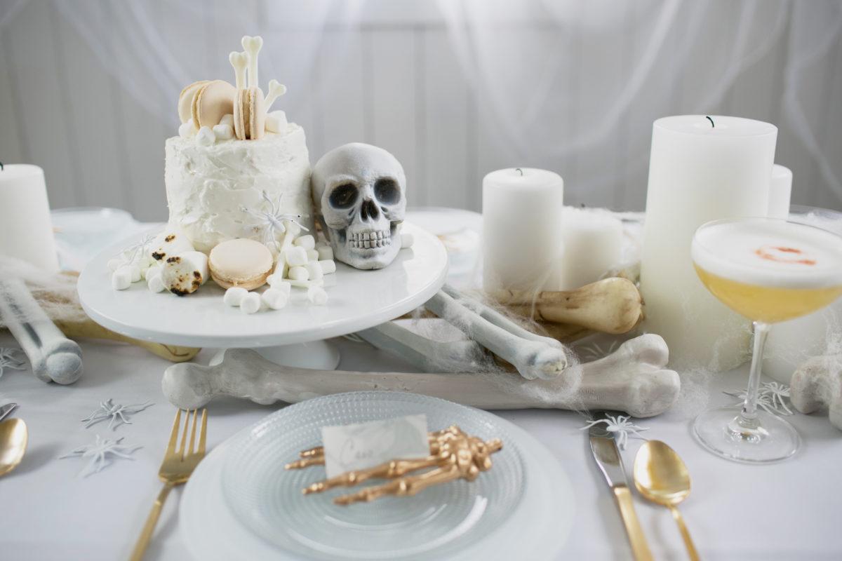 Cómo decorar una mesa de Halloween en blanco11
