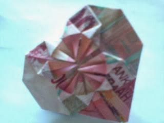 Melipat uang kertas berbentuk hati atau bentuk love