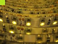 LEDs leuchten: LIHAO 5M LED Strip Warmweiß 600 SMDs Band wasserdicht Streifen mit Hohlbuchse+Netzteil DC 12V Trafo Set [Energieklasse A]