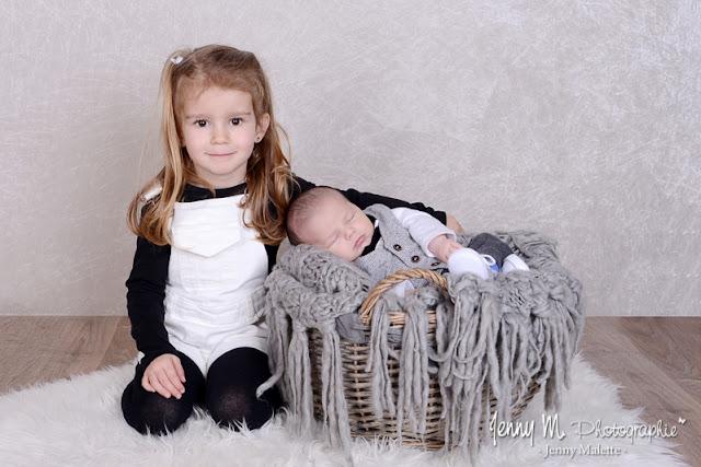 portrait bébé et sa grande soeur, photo studio fond beige