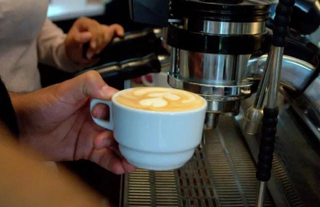 Más de 2.300 tazas de café con leche se podían adquirir en enero de 2018 con lo que vale una este 2019