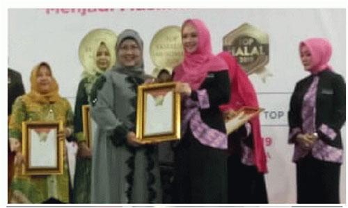 Wakil Presiden RI, Jusuf Kalla berikan Penghargaan Pada  Ketua DPRD Kota Padang,