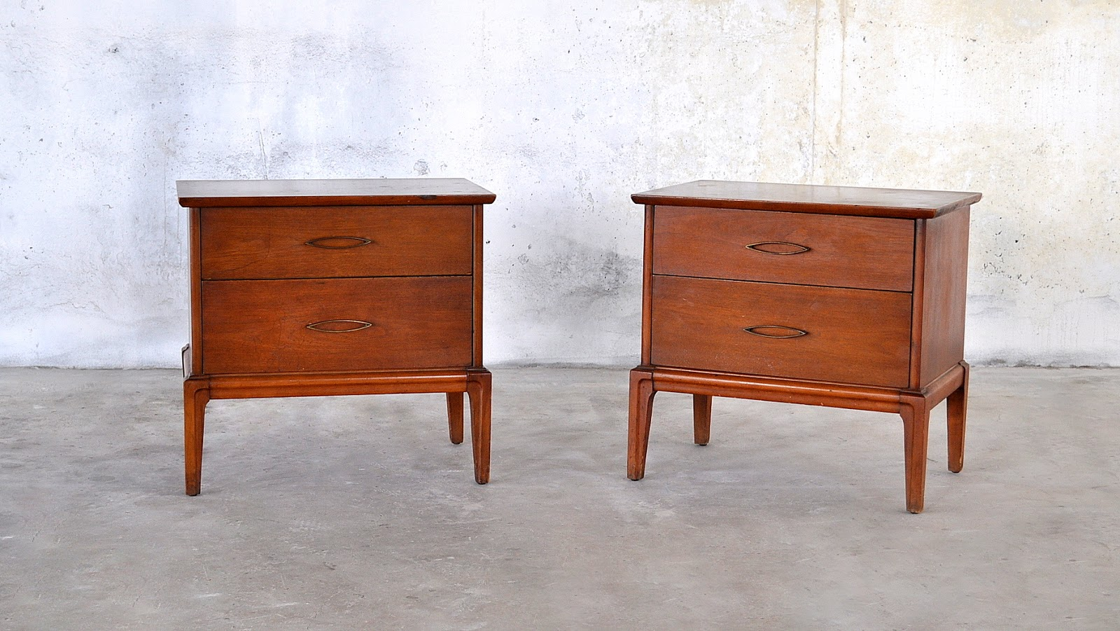 Select Modern Pair Of Mid Century Modern Nightstands