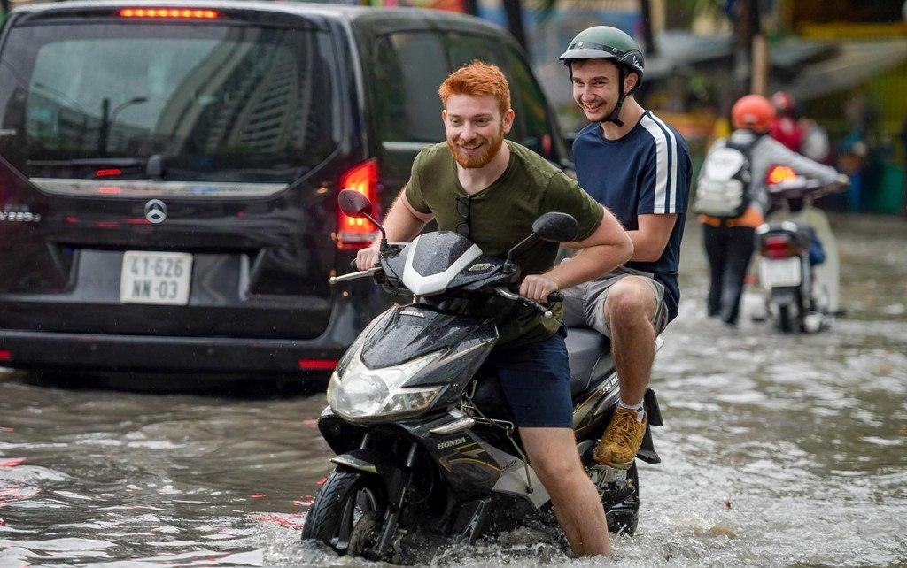Người nước ngoài có được đứng tên đăng ký xe máy ô tô tại Việt Nam không?