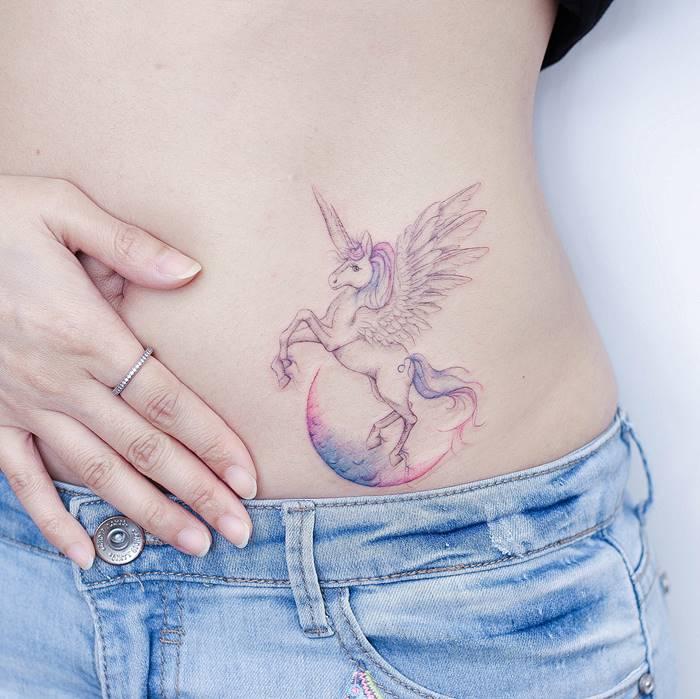 Hong Kong tattoo artist Minnie Lau Delicate mini tattoos that uou want to take a closer look, Mini Lau small tattoo designs, lean and fine line tattoos, watercolor tattoos, tattoos for girls