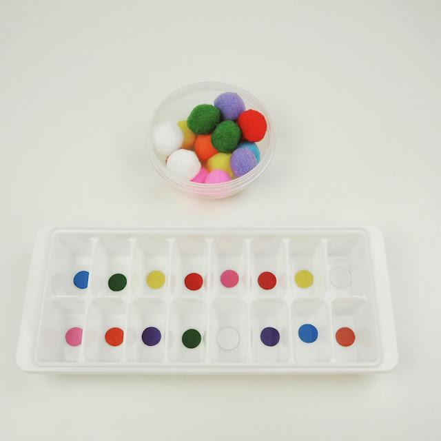 製冰盒貼上彩色圓圈貼紙,就可以幫小毛球回家,是一個可以認識顏色也可以讓寶寶忙好一會兒的小遊戲,而且也是手眼協調能力練習的好機會。