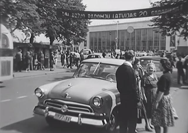 """1960 год. Рига. На бульваре Райниса недалеко от Центрального ж/д вокзала (кадр из документального фильма """"Mana dzimtene dzied"""")."""