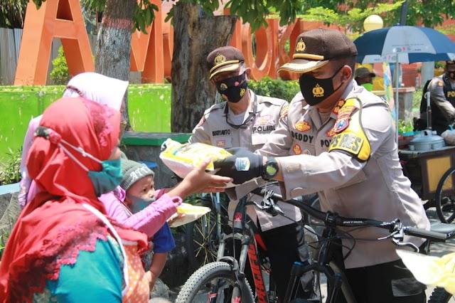 Menyambut Maulid Nabi, Kapolres Mojokerto Kota Beserta Jajaran Berpatroli Sepeda Bagikan Sembako