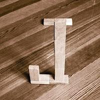 Takozlardan yapılmış J harfi