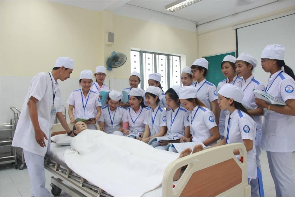 Sinh viên ngành điều dưỡng trong một buổi thực hành