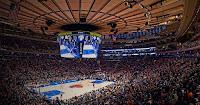 New York rassemble des équipes prestigieuses dans les sports américains majeurs. Au basket, l'équipe des Knicks tient le public en haleine