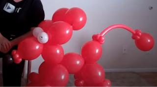 Gigantisch großer Ballonhund.