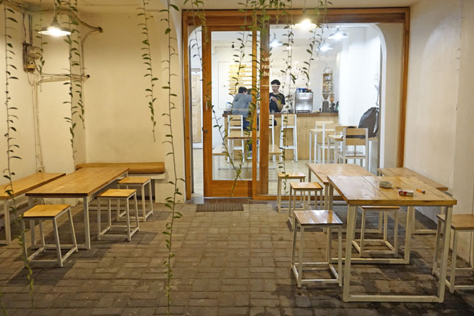 Meja dan kursi di luar Paperplane Coffee Jogja
