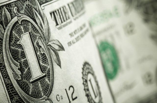 Precio del dólar opera a la baja