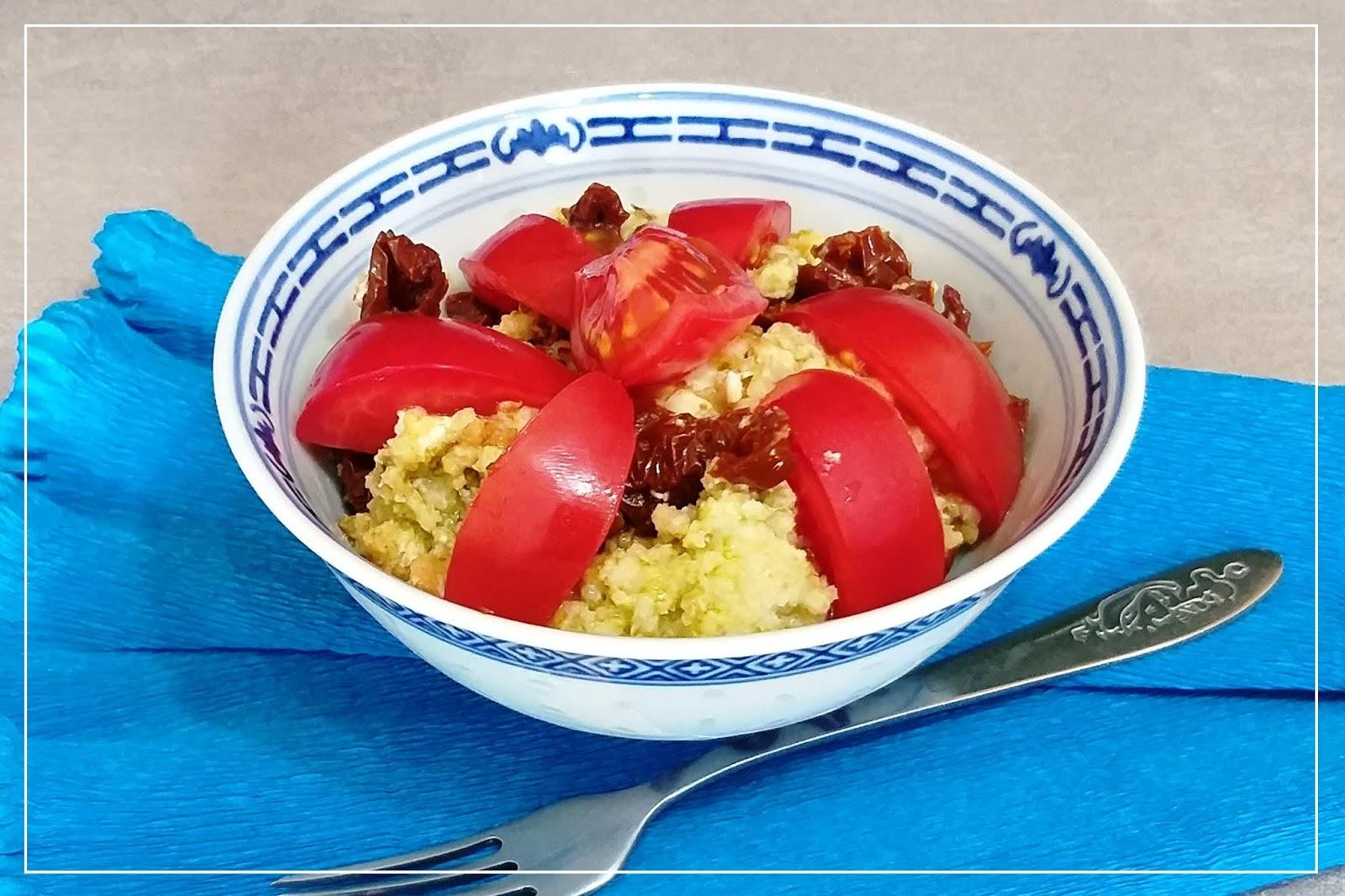 Wszystko, czego nie wiesz o kaszy jaglanej. Plus przepis na szybki obiad. Kasza jaglana z pesto, serem kozim i pomidorami.
