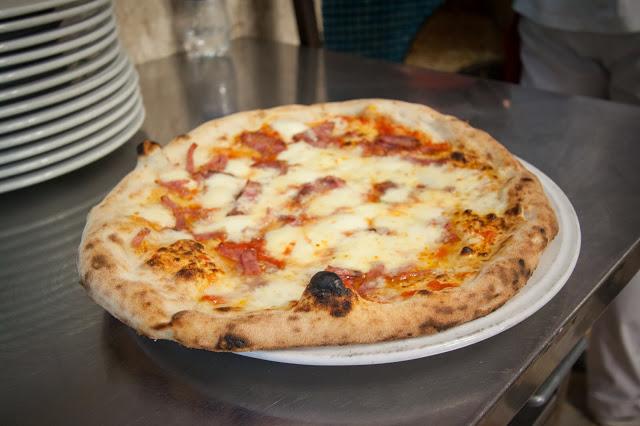 Pizza margherita napoletana-Napoli