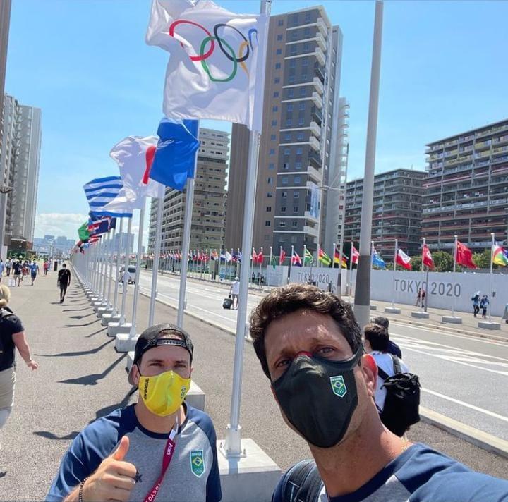 Marcelo Melo e Bruno Soares tiram selfie na Vila Olímpica de Tóquio