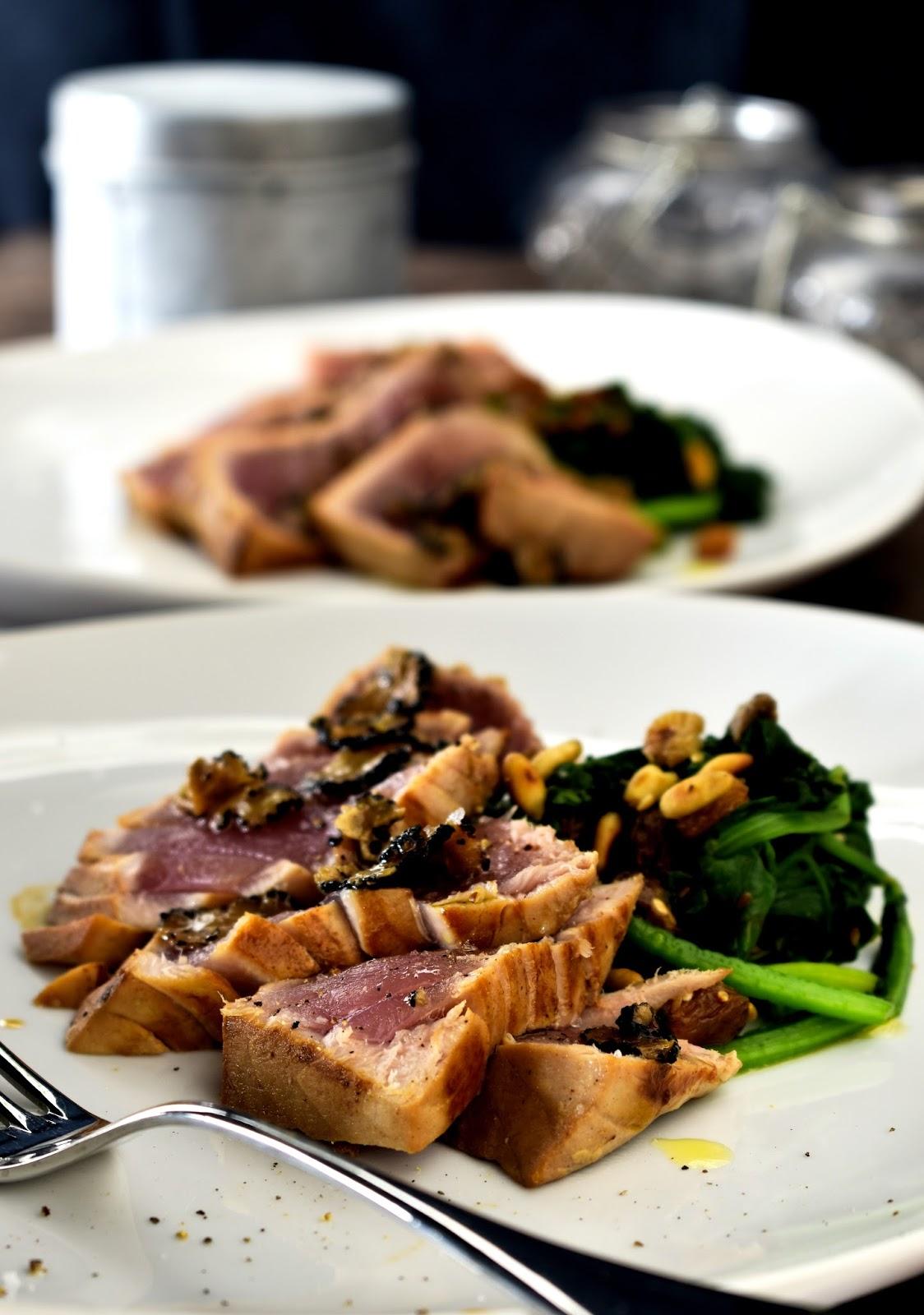 Tataki di tonno al tartufo con spinaci saltati con uvetta e pinoli