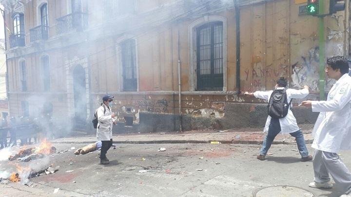 Estudiantes de medicina reaccionaron contra la policía porque creen que se penaliza su profesión