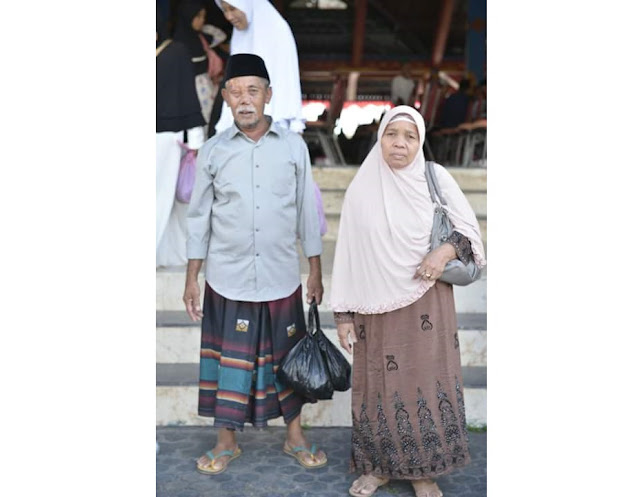 Menabung 12 Tahun, Juru Parkir Boyong Istri Naik Haji