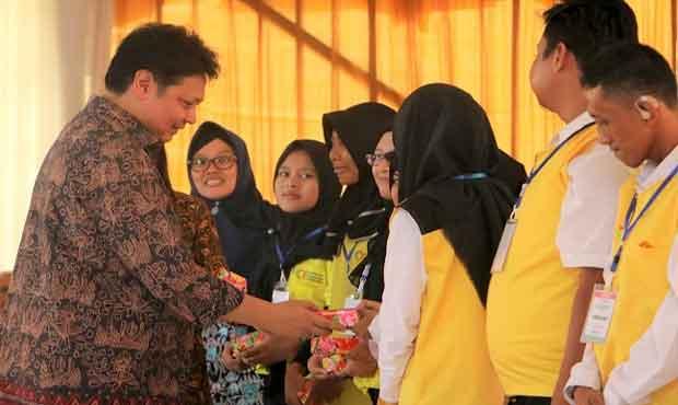 Menteri Perindustrian Airlangga Hartarto pada peluncuran program percepatan penddikan vokasi di Kawasan Industri Surabaya