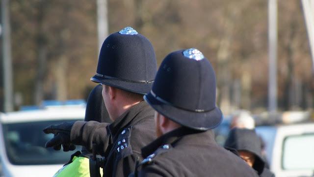 Un policía interroga 12 minutos a un acusado de acoso, lo deja ir y este mata a la víctima