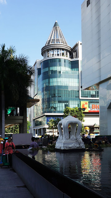 Изображение здания на улице Бангкока