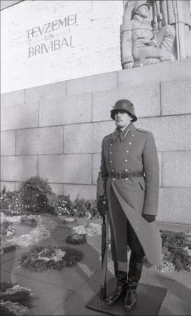 7 февраля 1993 года. Рига. Goda sardzes maiņa pie Brīvības pieminekļa jaunajos formas tērpos