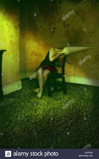 Γυναίκα καθισμένη σε καρέκλα, φοράει κωνικό καπέλο (σουρεαλισμός)