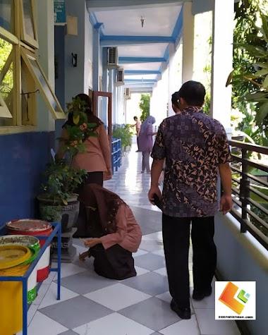 Aktivitas Salah Satu Guru SMAN 1 Bojonegoro Tiap Pagi Sebelum Pembelajaran Berlangsung