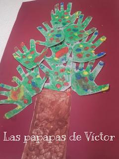 Arbol de navidad con huellas manos
