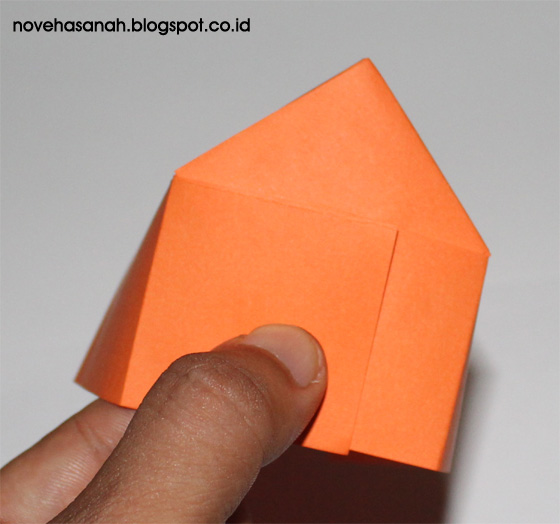 lem kedua kertas yang bertumpuk sehingga bentuk rumah berwujud jelas