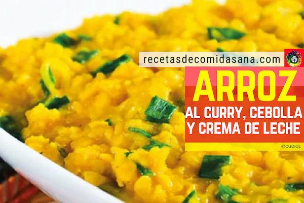 Receta de arroz al curry, cebolla y crema de leche en comida sana, delicioso acompañamiento.