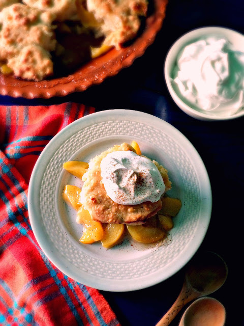Easy Peach Cobbler with canned peaches - lacocinadeleslie.com