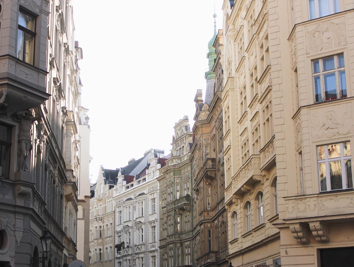 Kurztrip Prag Travelguide: Tipps zu Restaurants, Bars und Clubs und Walking Touren durch die Stadt http://www.theblondelion.com/2017/01/prag-travelguide-walking-tour-food-bars.html