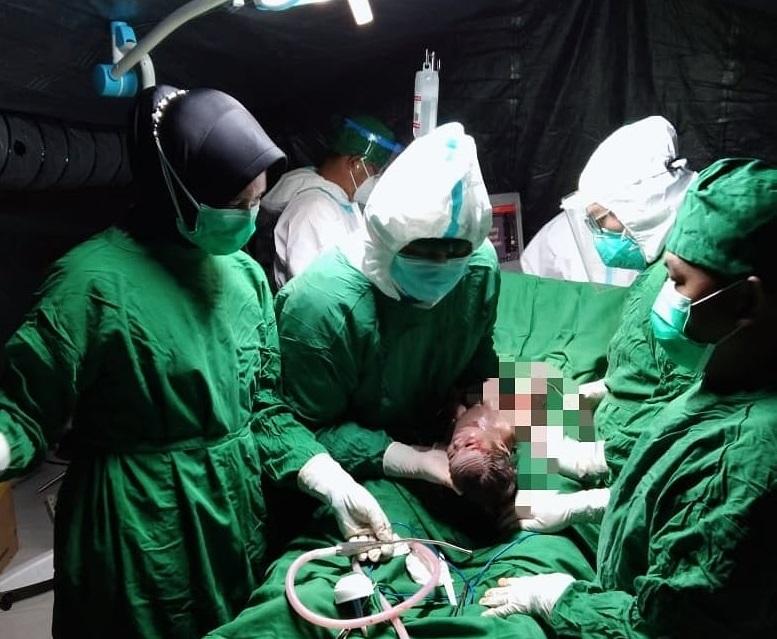 Keren!! Operasi Caecar Darurat Korban Gempa Sulbar di Rumah Sakit Lapangan Yonkes 2 Divif 2 Kostrad