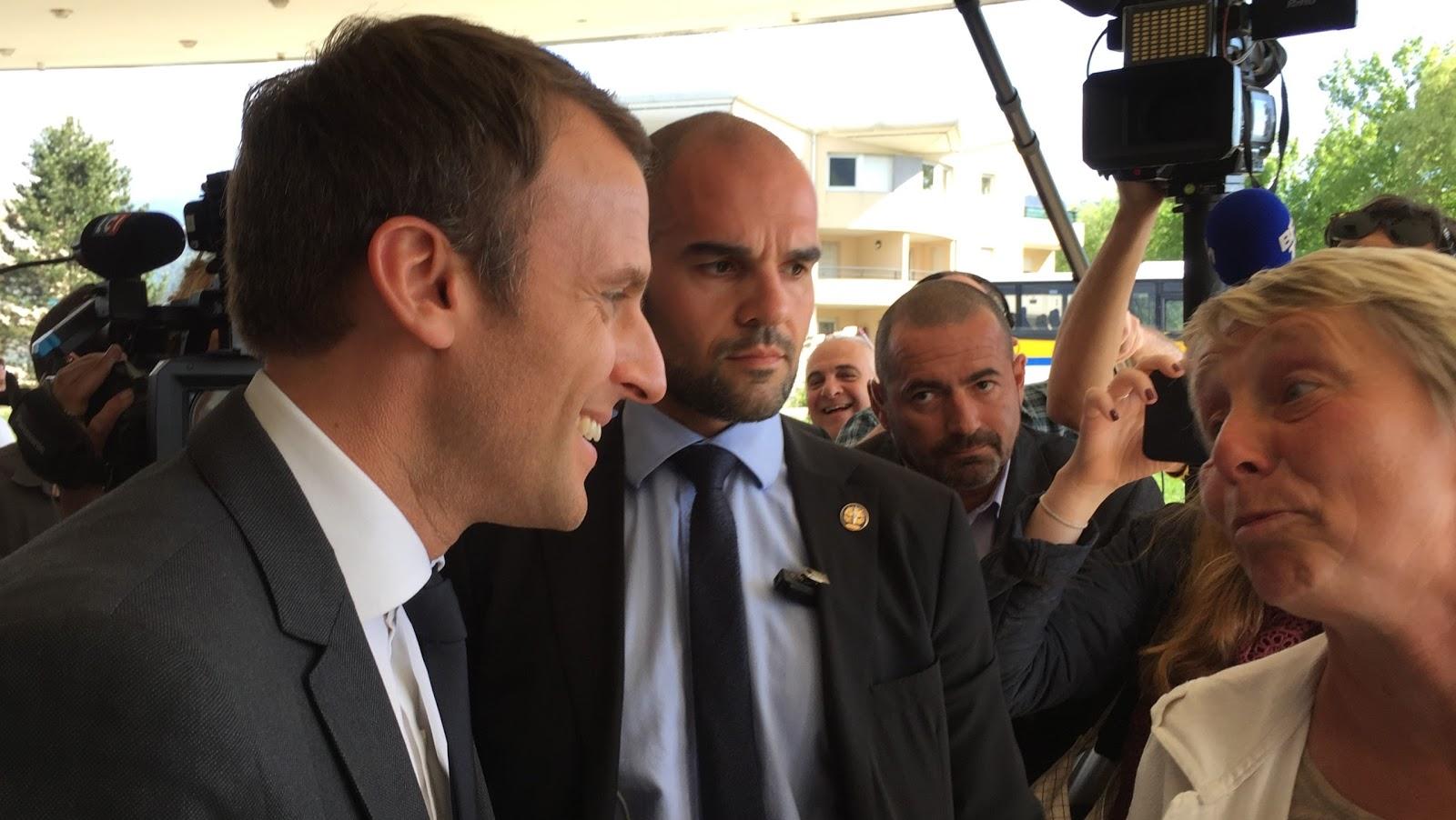 Emmanuel Macron échangeant avec Caroline Schreiber