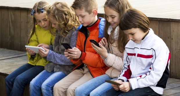 The conclusions are based on a study that has observed children between two and six years of age, and that correlated the execution time of some activities and the duration of the use of technological devices. The study shows that the greater the use of smartphones and tablets, the greater the risk of language delays. In particular, the difficulties are found in the transformation of sounds into articulated words , even when there are no alterations in body language or in social relationships.