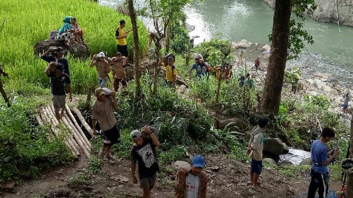Antusias Warga Tompobulu dan Desa Bana Bantu Satgas TMMD Bangun Jembatan